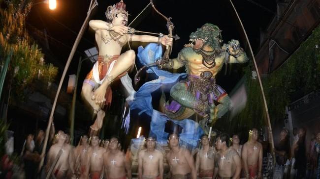 Sejumlah warga mengarak Ogoh-Ogoh saat Festival Ogoh-Ogoh 2018 jelang Hari Raya Nyepi Tahun Saka 1940 di kawasan Kuta, Badung, Bali, Jumat (16/3). (ANTARA FOTO/Fikri Yusuf)