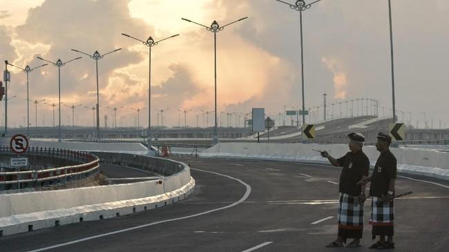Pecalang juga mendirikan sejumlah pos jaga di perbatasan desa dan di sejumlah persimpangan jalan untuk memastikan pelaksanaan Nyepi agar tetap tenang dan hening. (ANTARA FOTO/Fikri Yusuf)