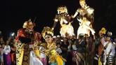 Dua orang penari Bali menari dalam parade Ogoh-ogoh di Ubud, Bali. Ogoh-ogoh merupakan patung representasi Bhuta Kala yang besar dan menakutkan, dia melambangkan kekuatan alam semesta dan waktu yang tak terbantahkan. (Anadolu Agency/ Mahendra Moonstar)