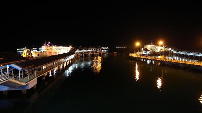 Suasana saat penutupan Pelabuhan Ketapang di Banyuwangi, Jawa Timur, Jumat (16/3). Jalur penyeberangan dari Pelabuhan Ketapang menuju Pelabuhan Gilimanuk, Bali, atau sebaliknya, ditutup total dalam rangka perayaan Nyepi Tahun Baru Saka 1940. (ANTARA FOTO/Budi Candra Setya)