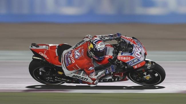 Andrea Dovizioso yang sempat mendominasi latihan bebas hari pertama harus puas start dari posisi kelima di MotoGP Qatar. (AFP PHOTO / KARIM JAAFAR)