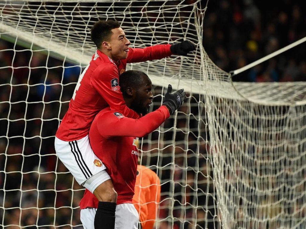 Lukaku kemudian merayakan golnya bersama Jesse Lingard. Foto: Michael Regan/Getty Images