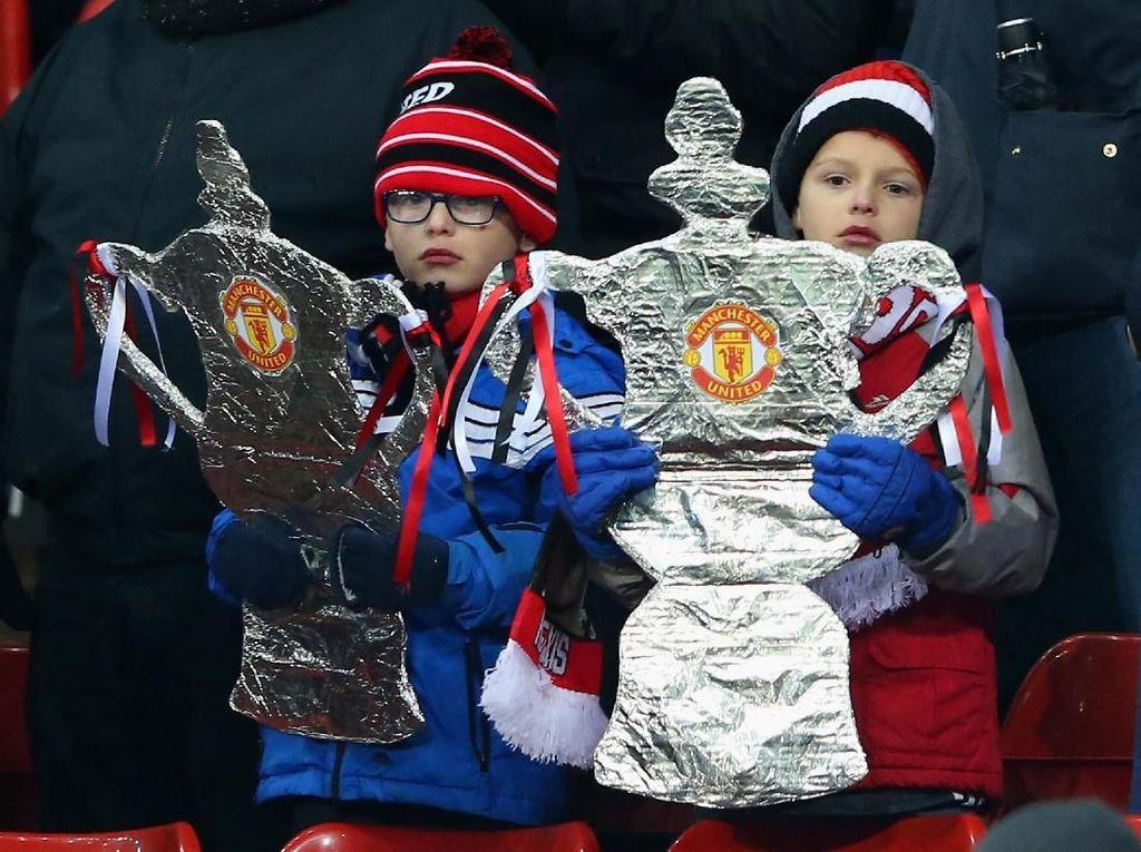 Dua fans cilik MU ini tentu berharap tim kesayangannya bisa jadi juara. Piala FA kini menjadi satu-satunya harapan MU untuk meraih trofi di musim ini. Foto: Alex Livesey/Getty Images