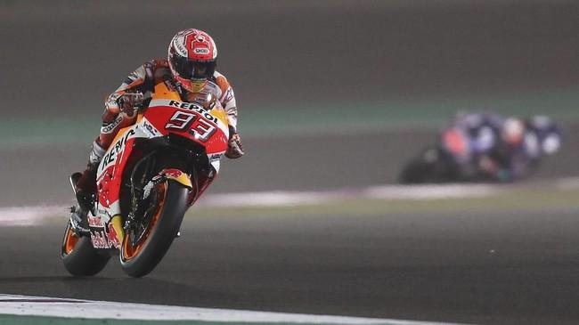 Pebalap Repsol Honda sekaligus juara bertahan MotoGP Marc Marquez sempat menguasai jalannya babak kualifikasi MotoGP Qatar. (AFP PHOTO / KARIM JAAFAR)