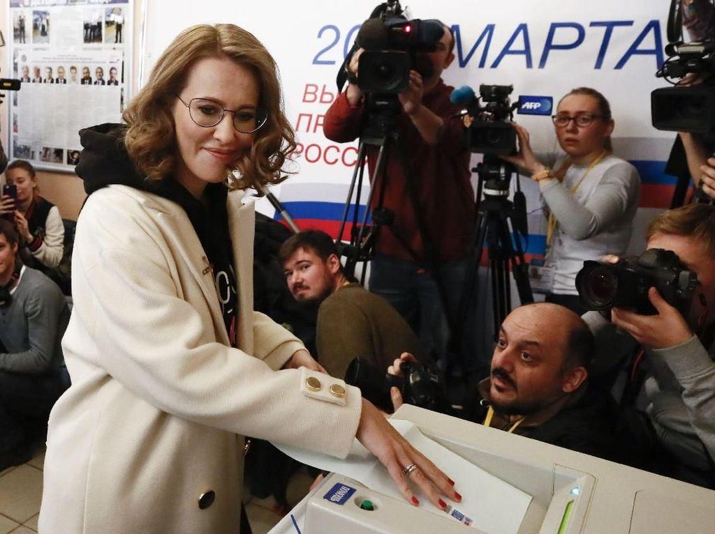 Keputusan sosialita Rusia, Ksenia Sobchak, untuk maju menjadi calon presiden Rusia sempat memicu pertanyaan. Kebetulan dia adalah anak dari mentor Putin. Foto: Maxim Shemetov/Reuters