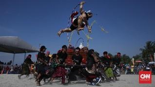 FOTO: Mengarak Bhuta Kala di Tepi Pantai