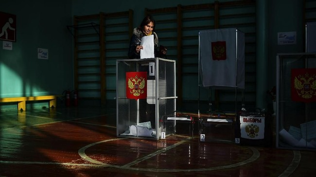 Akibatnya, beberapa penyelenggara pemilu mesti berpikir keras agar rakyat mau menggunakan hak pilih. Salah satunya di kawasan Khabarovsk, di mana penyelenggara pemilu lokal juga menyelenggarakan pasar sembako murah di TPS agar rakyat mau datang ke sana dan menggunakan hak pilih.(AFP PHOTO / Sergei GAPON)