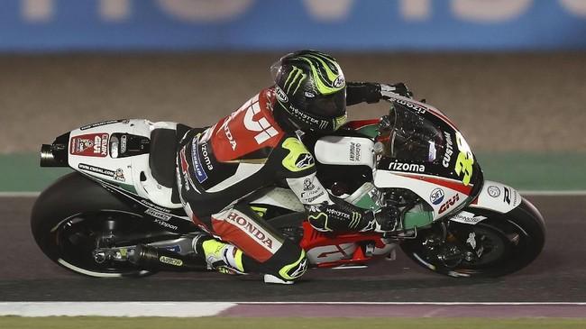 Pebalap LCR Honda Cal Crutchlow berhasil menempati start posisi keempat pada balapan MotoGP Qatar. (AFP PHOTO / KARIM JAAFAR)