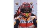 Pebalap Repsol Honda Marc Marquez di paddock tim. Marquez tetap menjadi salah satu favorit pemenang di MotoGP Qatar meski harus start dari posisi kedua. (AFP PHOTO / KARIM JAAFAR)