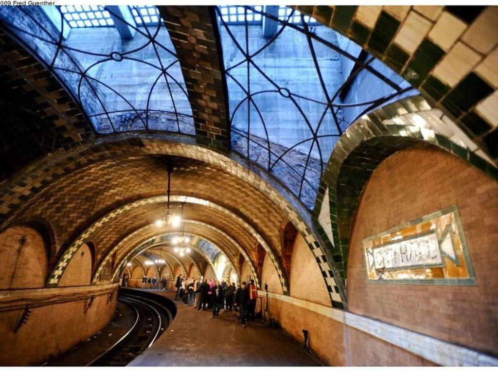 City Hall Station, New York City, AS. Stasiun kereta bawah tanah dihiasi ubin cantik berwarna cokelat membuatnya terlihat elegan. Jendela yang ada juga memberi karakter yang berbeda. Foto: Popular Mechanics