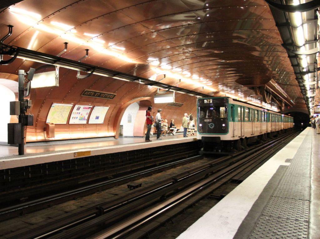 Stasiun Arts et Metiers, Paris, Perancis. Stasiun ini dindingnya terbuat dari tembaga dan roda bergerigi raksasa dan roda gerigi menghiasi langit-langit/Foto: Popular Mechanics