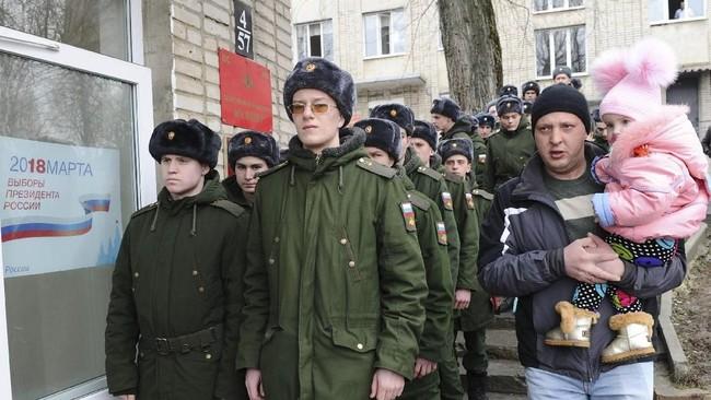 Kantor penyelenggara pemilu di Rusia mencatat daftar rakyat yang memiliki hak pilih mencapai 110 juta. Namun, yang dikhawatirkan adalah tingkat kelompok enggan menggunakan hak pilihnya atau golput.(REUTERS/Sergey Pivovarov)