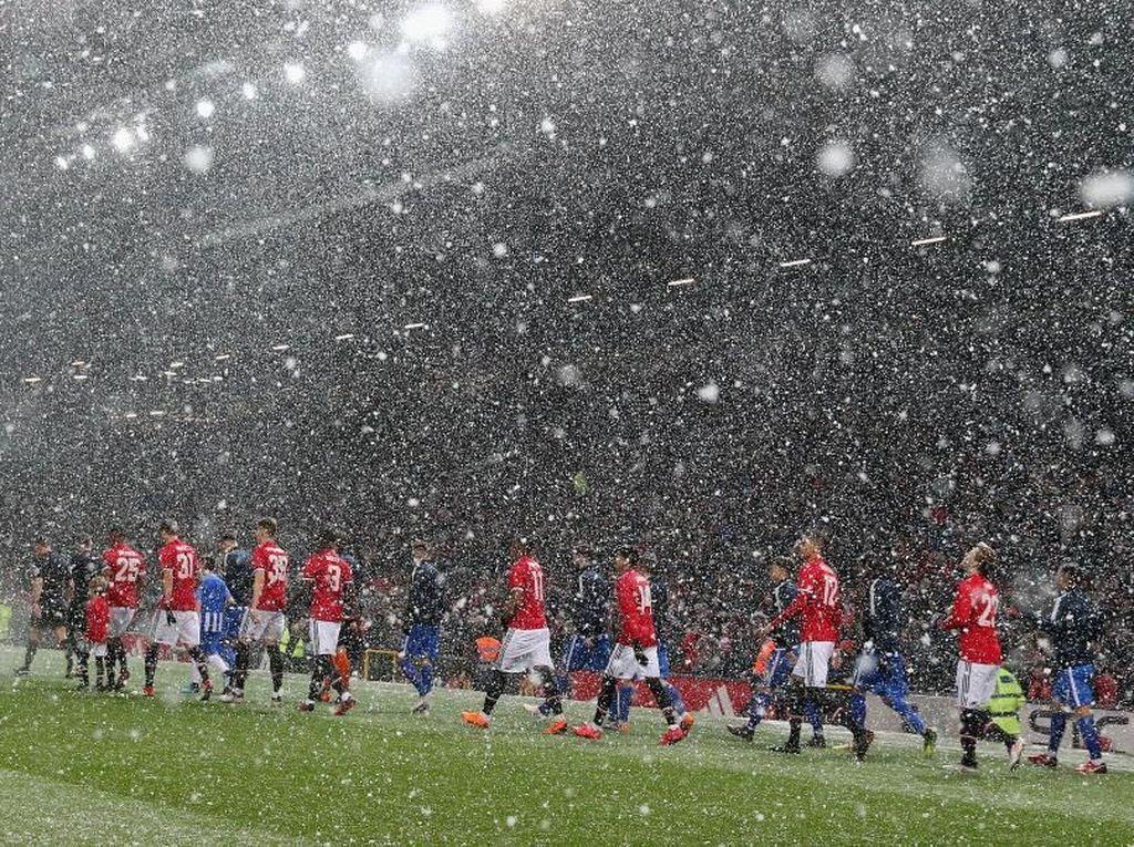 Salju juga masih turun saat kedua tim memasuki lapangan. Foto: Alex Livesey/Getty Images