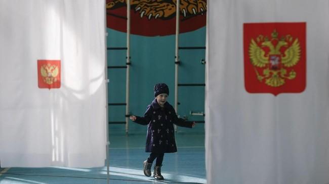 Pemilu di Rusia dimulai sejak Sabtu (17/3) pukul 8.00 waktu setempat atau Minggu (18/3) pukul 03.00 WIB di kawasan Timur Jauh dan akan ditutup di kawasan paling barat negara itu, yakni Kalingard pada Minggu (18/3) petang atau Senin (19/3) dini hari waktu Indonesia.. (REUTERS/Eduard Korniyenko)
