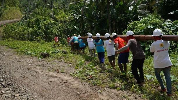 Ramai-ramai Angkut Tiang Listrik ke Pulau Morotai