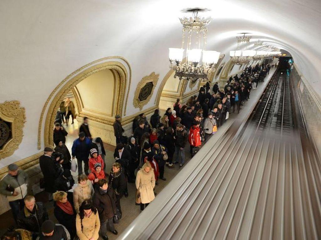 Stasiun Kievskaya, Moskow, Rusia. Stasiun ini dibalut marmer, ukiran berwarna emas, mosaik, lampu gantung, membuatnya sangat klasik/Foto: Popular Mechanics