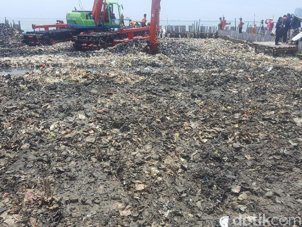 Foto: Sampah di Teluk Jakarta Kini Campur Lumpur