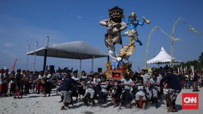 Turut menyemarakkan rangkaian Hari Raya Nyepi yang berlangsung Sabtu (17/3) kemarin, Ancol menggelar Festival Ogoh-ogoh, Minggu (18/3) di Pantai Lagoon Ancol. (CNN Indonesia/ Hesti Rika)