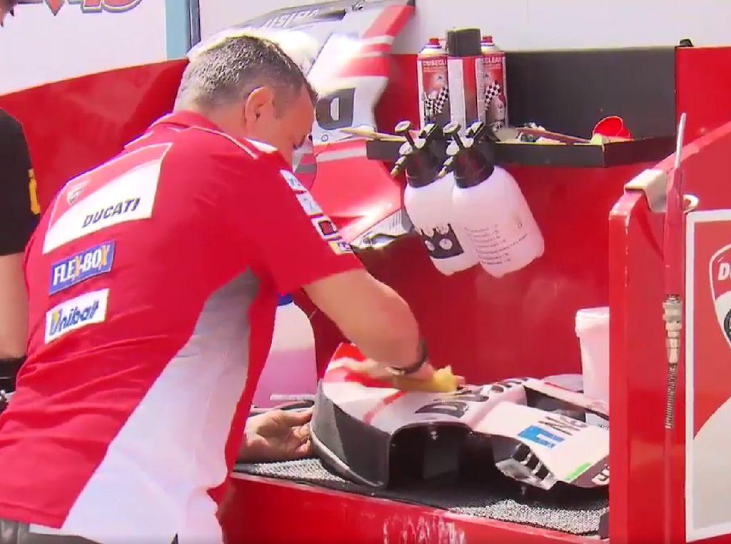 Bersih-bersih Motor Balap Sebelum Start MotoGP