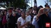 Festival Ogoh-ogoh itu diramaikan pengunjung yang mengabadikan foto sejak acara mulai berlangsung pada pukul 14.00 hingga 17.00 WIB. (CNN Indonesia/ Hesti Rika)