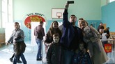Pemilihan presiden juga digelar di seluruh perwakilan Rusia di dunia, termasuk di Jakarta. Kedutaan Besar Rusia di Jakarta juga menggelar pemilu dua hari lalu bagi warga Rusia di Bali. (REUTERS/Eduard Korniyenko)