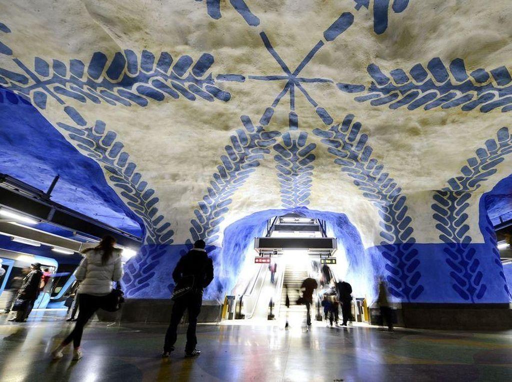 Stasiun T-Centralen, Stockholm, Swedia. Sebagian besar isi stasiun didominasi biru. Langit-langit dan dindingnya bergelombang, juga dilukis berpola unik.Foto: Popular Mechanics