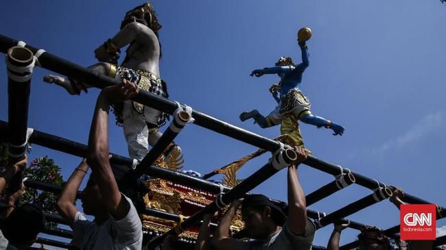 Ogoh-ogoh merupakan karya seni patung di kebudayaan Bali yang menggambarkan kepribadian Bhuta Kala. Bhuta Kala digambarkan sebagai sosok yang besar dan menakutkan dalam bentuk raksasa. (CNN Indonesia/ Hesti Rika)