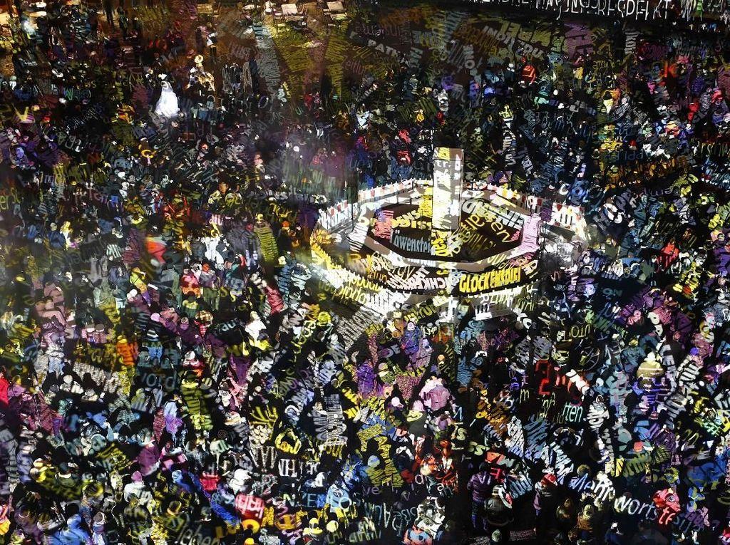 Ratusan orang menghadiri festival ini. REUTERS/Kai Pfaffenbach.