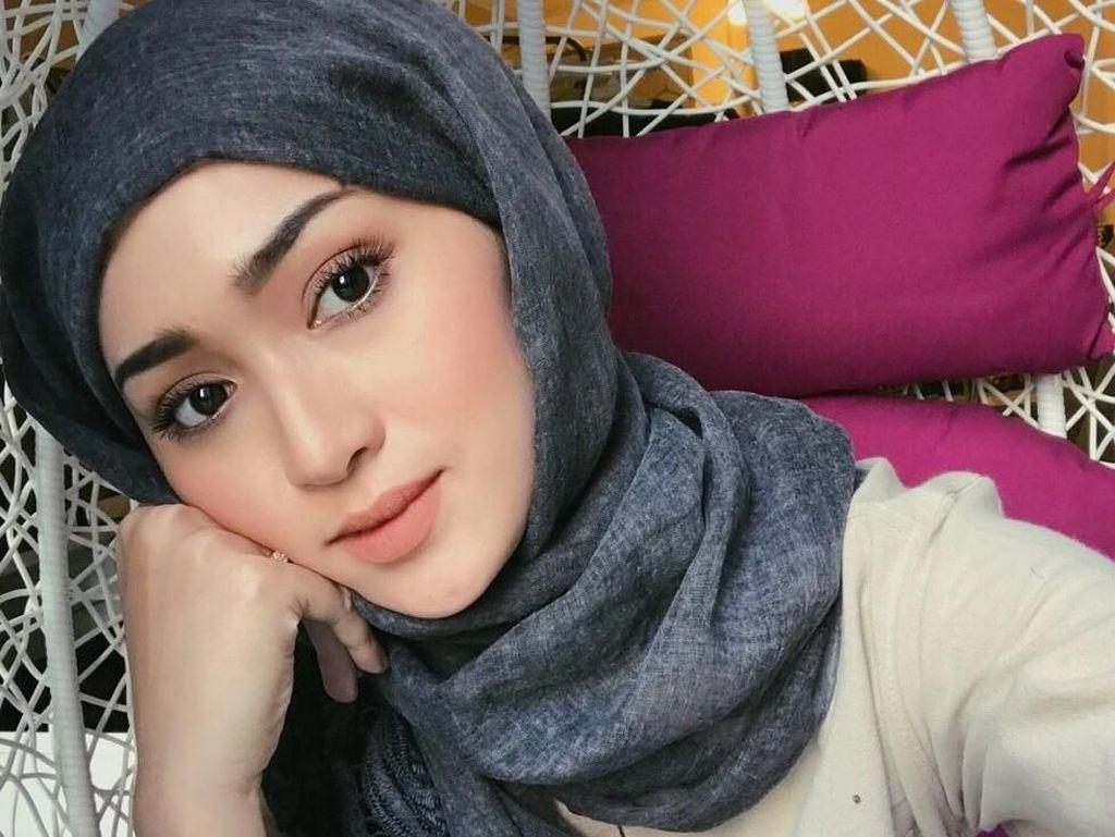 Gaya Hijab Istri Pembalap Malaysia yang Curi Perhatian di MotoGP