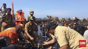 Anies Pilih Angkut Sampah Muara Angke Pakai Tangan Kosong