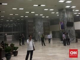 Gedung DPR Kebakaran, Pamdal Evakuasi Pegawai Parlemen