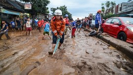 Lalu Lintas Cicaheum Bandung Lumpuh Akibat Banjir Lumpur