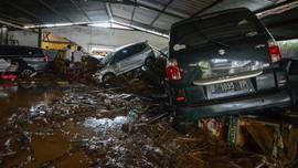 Banjir Bandang Cicaheum Rendam Belasan Mobil