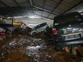 Tim Diskar PB Evakuasi Mobil Terjebak Banjir di Bandung