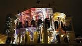 The Old Opera House bermandikan cahaya yang memproyeksikan beragam gambar. (REUTERS/Kai Pfaffenbach)