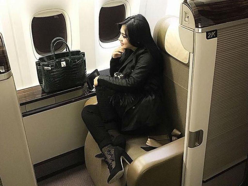 12 Gaya Syahrini Duduk di Kursi First Class Pesawat, Bawa Tas Miliaran