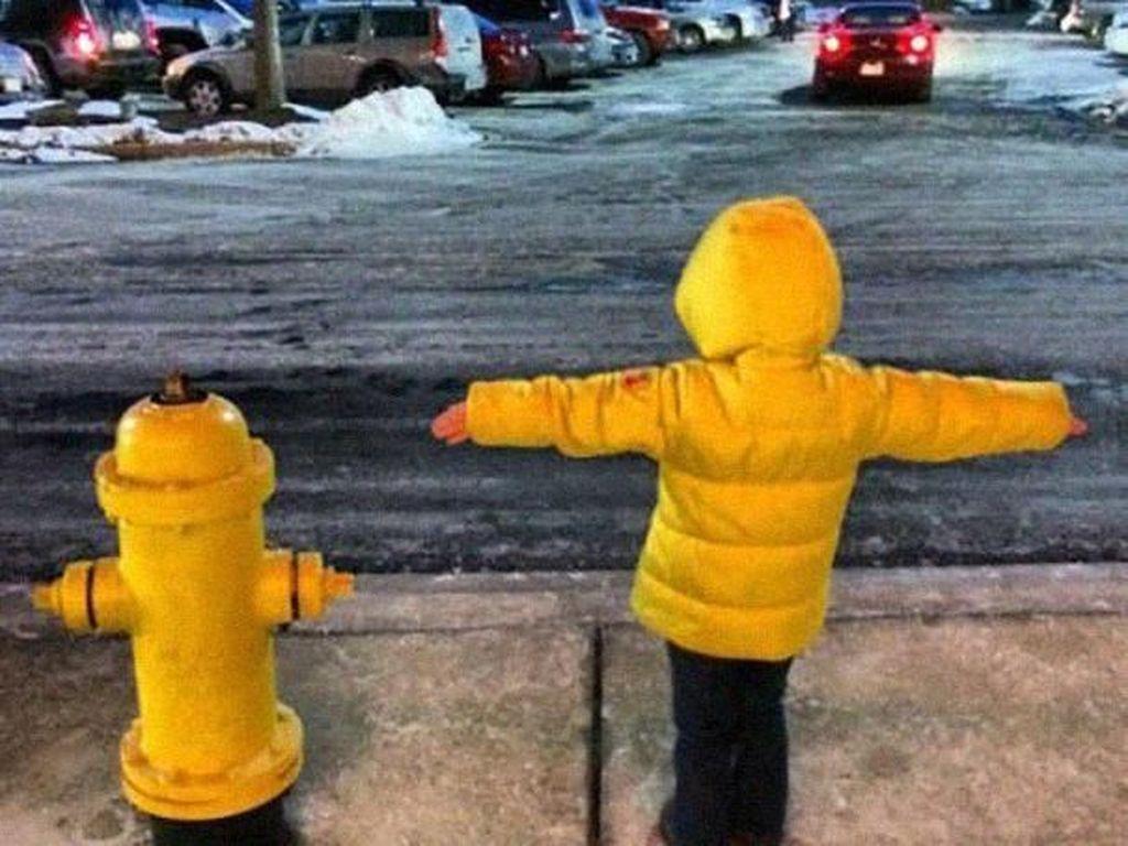 Jaket dan gayanya menyerupai hidran di samping. Foto: boredpanda