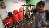 Warga di permukiman sekitar industri pabrik tekstil mengandalkan air sungai yang sudah terkontaminasi limbah pabrik untuk kebutuhan hidup sehari-hari. (Anadolu Agency/Eko Siswono)