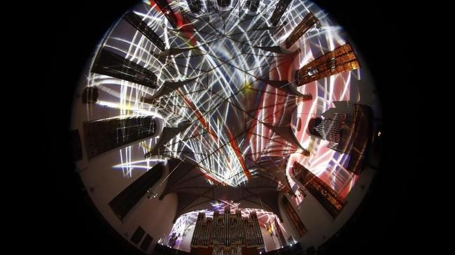 Tercatat, terdapat 220 instalasi cahaya dan 180 pertunjukan di Luminale 2008. Jumlah pengunjungnya lebih dari 100 ribu orang.(REUTERS/Kai Pfaffenbach)
