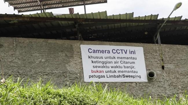 Air sungai yang menghitam diduga karena200 industri tekstil di wilayah Majalaya diduga mengaliri limbahnya ke tiga anak Sungai Citarum yakni, Sungai Sasak Bejol, Sungai irigasi Ciwalengke dan Sungai Cikacembang. (Anadolu Agency/Eko Siswono)