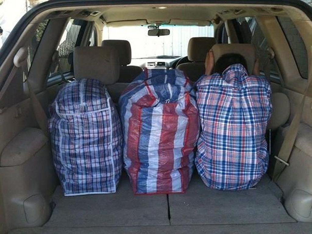 Baju polanya sama dengan tas bawaan. Foto: boredpanda