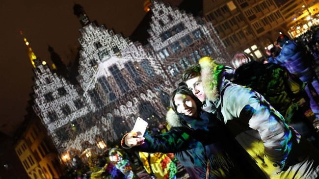 Festival yang menggunakan seni cahaya dan instalasi cahaya ini diadakan di tempat publik dan swasta, juga beberapa lokasi strategis. (REUTERS/Kai Pfaffenbach)