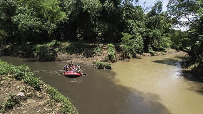 Anak Sungai Citarum yang tercemar parah membuat sejumlah aktivis lingkungan dari Komunitas Elingan berinisiatif memantau pembuangan limbah dari beberapa pabrik tekstil desa Mekar Sari, Ciparay, Bandung, Jawa Barat. (Anadolu Agency/Eko Siswono)