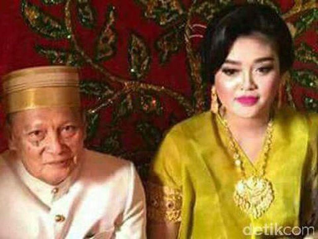 Pernikahan kakek Tajuddin Kammise (75) dengan gadis cantik Andi Fitriani (25) berusia seumur jagung. Tajudin yang juga mantan Wakil Wali Kota Pare-pare itu menuding istrinya selingkuh. (Foto: ist.)