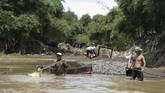Para penambang pasirnekat terjun ke sungai di bantaran Sungai Citarum di Desa Parigi, Ciparay, Bandung, Jawa Barat.(Anadolu Agency/Eko Siswono)