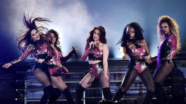 Mulai menjadi grup papan atas Hollywood, penampilan Fifth Harmony pun berganti. Kesan remaja mulai ditinggalkan dan kesan seksi ditonjolkan seperti dalam pertunjukkan mereka di Billboard Music Awards 2016.(Kevin Winter/Getty Images/AFP)