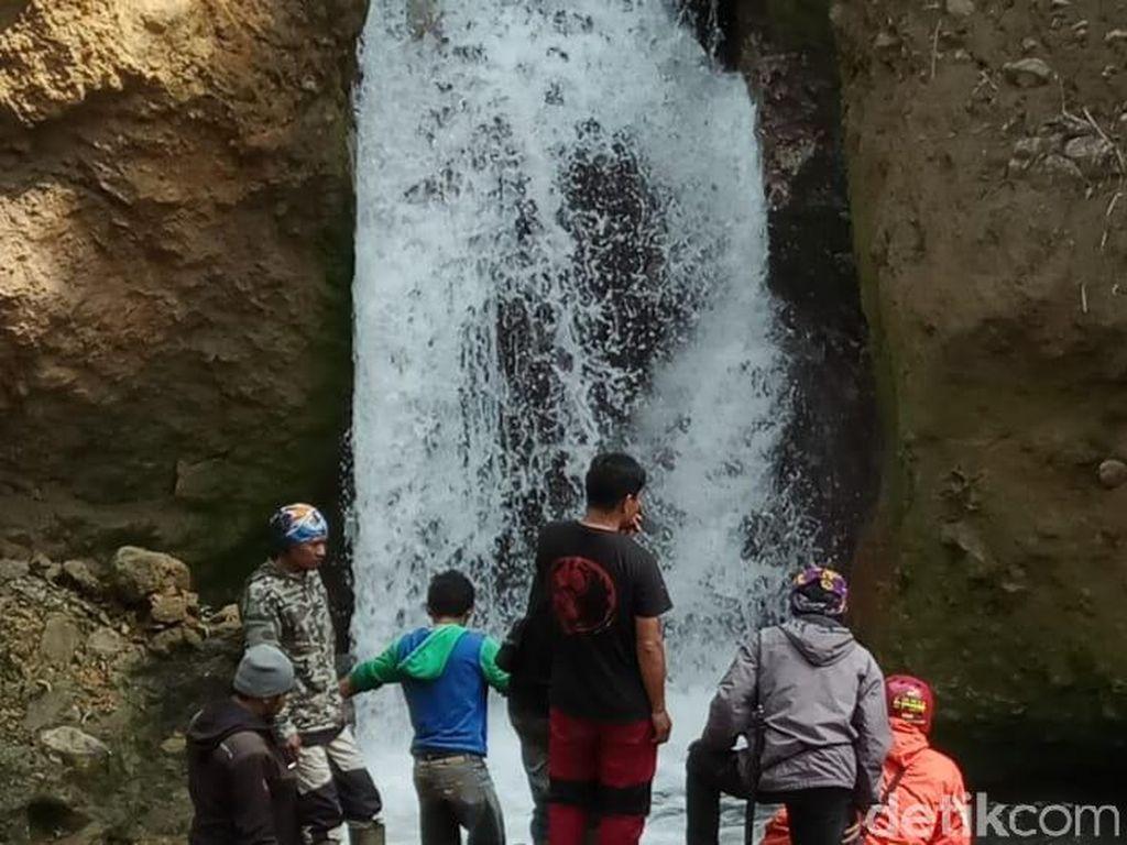 Keindahan air terjun dan jernihnya air mengundang pengunjung untuk berenang. Empat pengunjung pun akhir pekan lalu menjadi korban. Mereka tersapu air bah yang tiba-tiba datang/Foto: Hakim Ghani