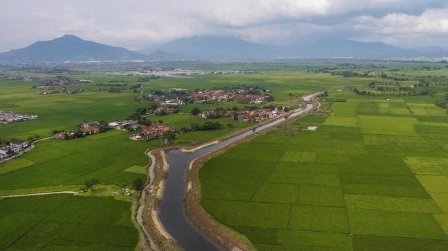 Aliran sungai Cikijing berwarna hitam akibat limbah tekstil di kampung Rancalongong, Solokan Jeruk, Bandung, Jawa Barat, 16 Maret 2018. Limbah tersebut merupakan limbah tekstil dari industri di wilayah Rancaekek, Bandung. (Anadolu Agency/Eko Siswono)