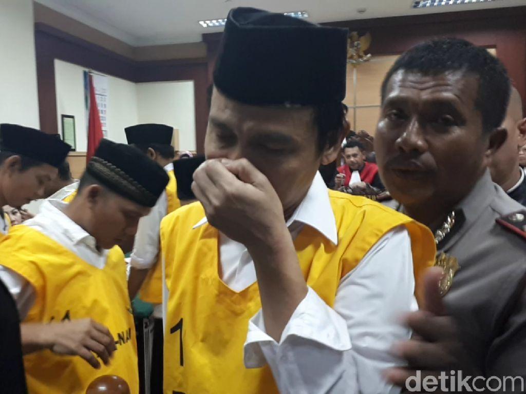 Komarudin, ketua RT yang jadi terdakwa penelanjangan sejoli di Cikupa, Tangerang dituntut hukuman penjara 7 tahun. Dia pun menangis usai mendengarkan tuntutan itu. (Bil-detikcom)