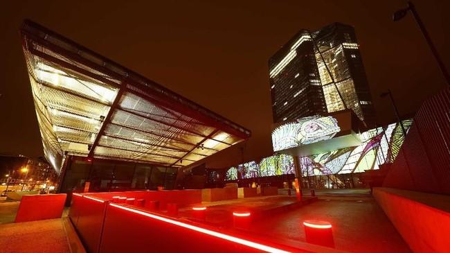 Festival Luminale menjadi acara yang memadukan keindahan seni pencahayaan dengan kekuatan arsitektural di sudut-sudut Frankfurt, Jerman. (REUTERS/Kai Pfaffenbach)